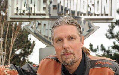 Marius K. Iversen foran Harley-Davidson skilt